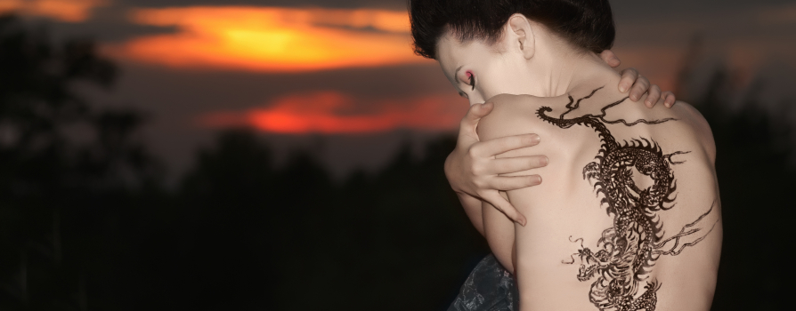 Девушка с татуировкой дракона на спине